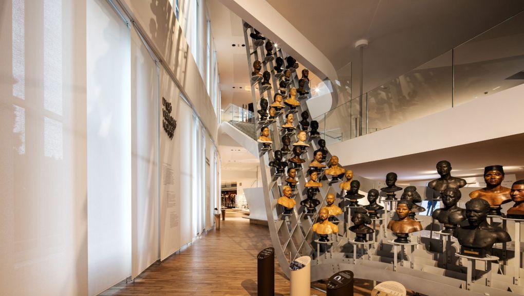 Galerie de l'Homme - Envolée des bustes © Patrick Tourneboeuf